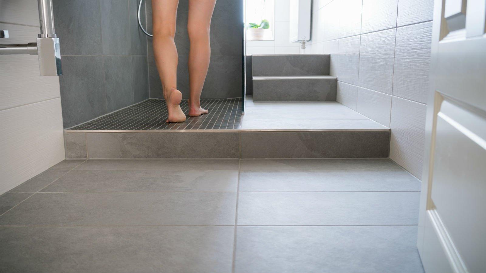 Sala di bagno bianca e box doccia di marmo grigio