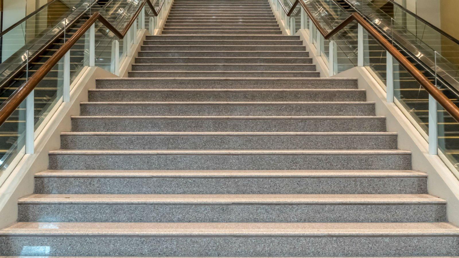 Grande scala di marmo marrone e grigio venato