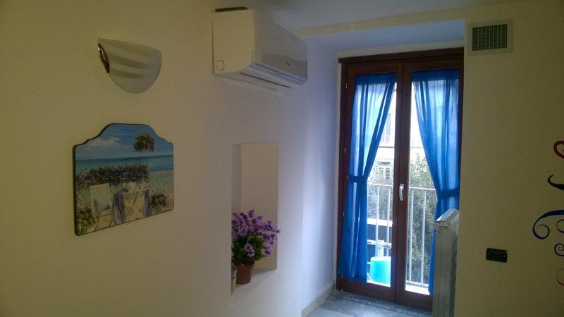 camera con tende azzurre e aria condizionata