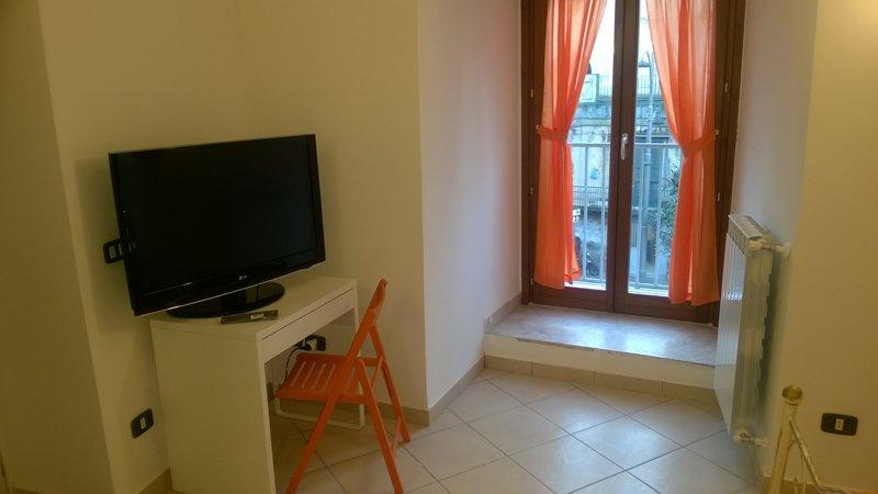 stanza con tende arancioni