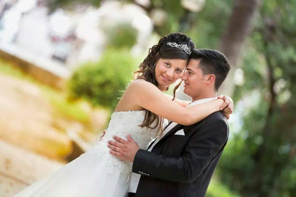 Uomo guardando a sua moglie, sposa, guardando la camara