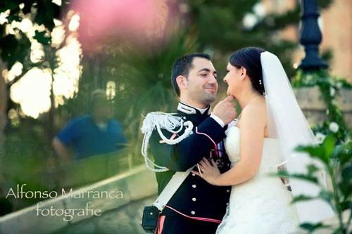 Marito di uniforme sollevando il mento della sua nuova sposa