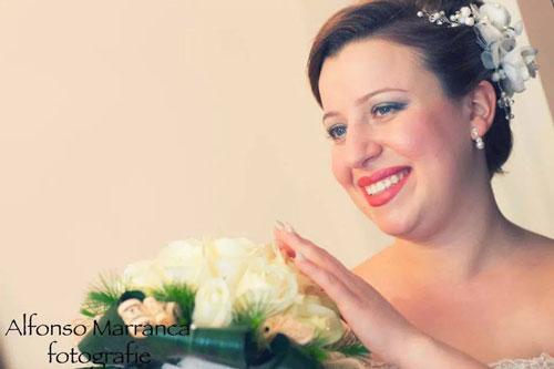 Fidanzata accarezzando le loro bouquet