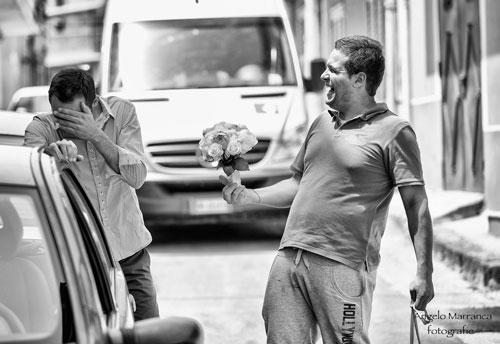 Due uomini che ridono, uno insegna un ramo di sposa