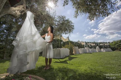 Donna guardando al suo abiti da sposa impiccando di un albero