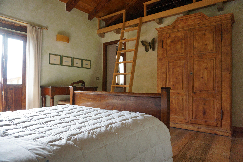 camera con armadio e finestra