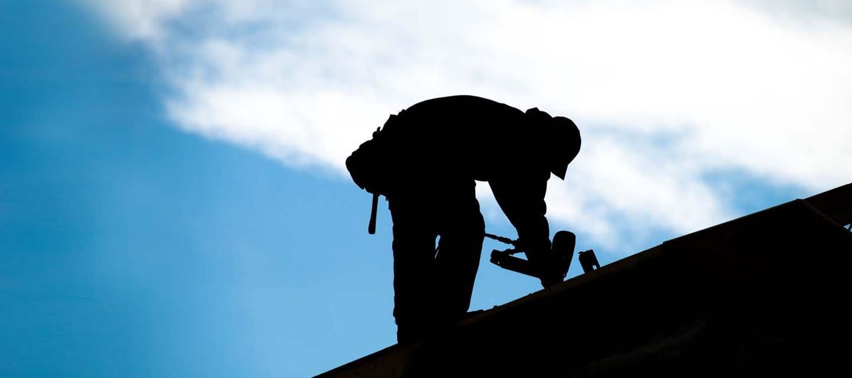 addetto durante una manutenzione a un tetto