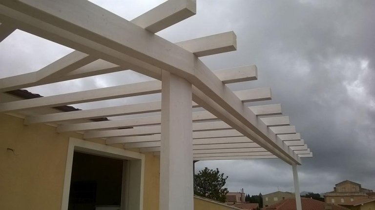 una struttura in legno bianco con pilastri verticali e assi orizzontali in  legno bianco