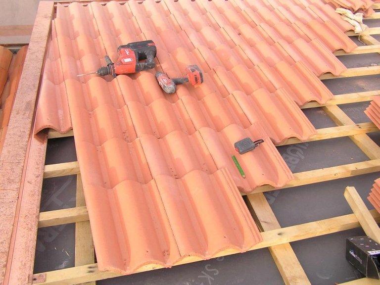 un asse di legno che sorregge un tetto vista da vicino