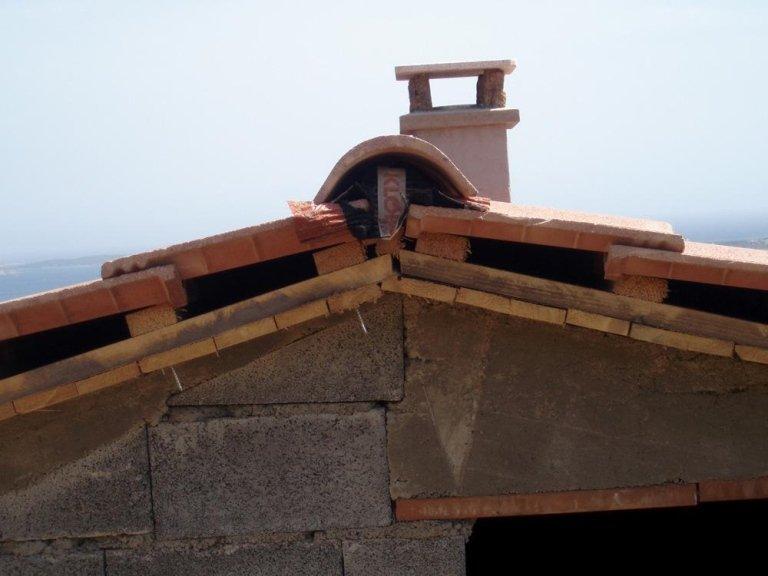 vista di un tetto e di una facciata in fase di costruzione