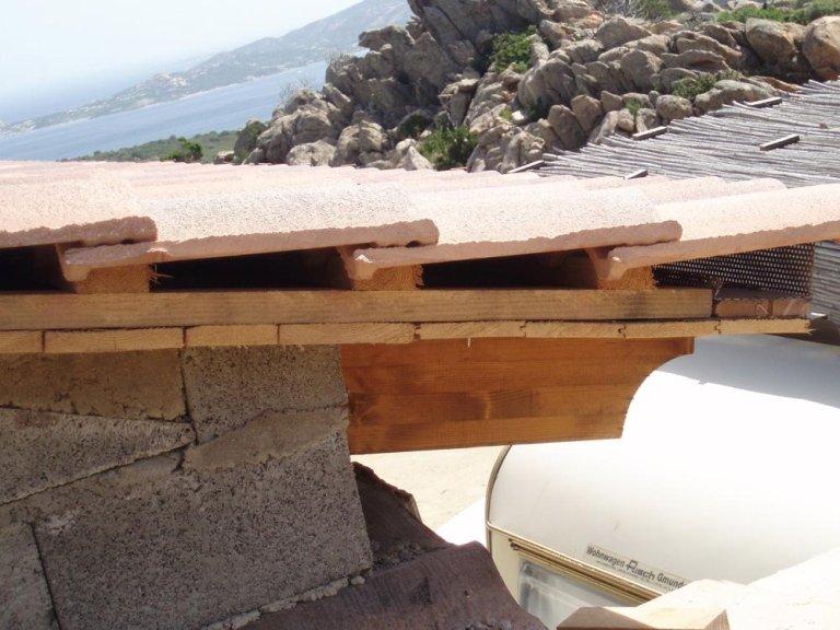 un tetto in fase di costruzione con dei mattoni e sopra due trapani