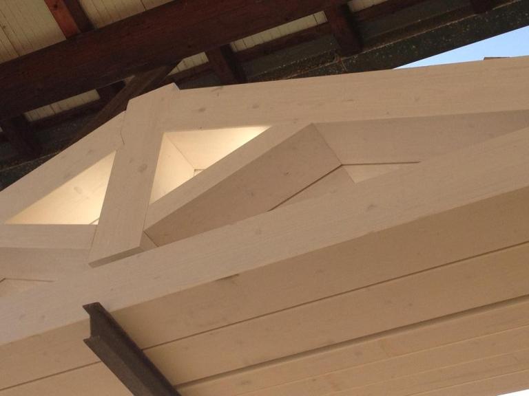 due pilastri e una tettoia davanti a un entrata di una casa