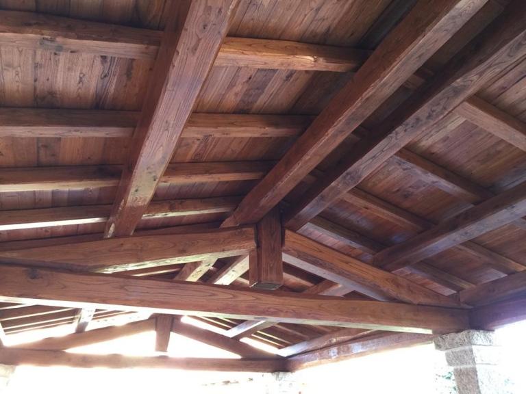 vista dal basso delle travi in legno che supportano un tetto
