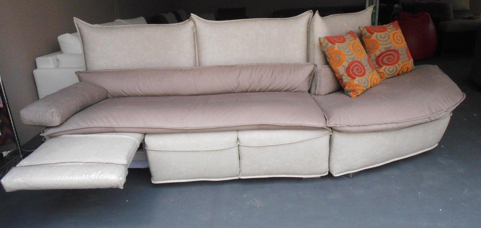 divano in tessuto con poggiapiedi reclinabili