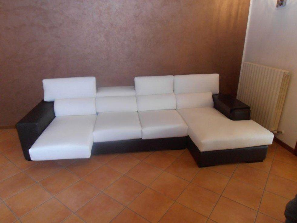 divano in pelle con sedute reclinabili