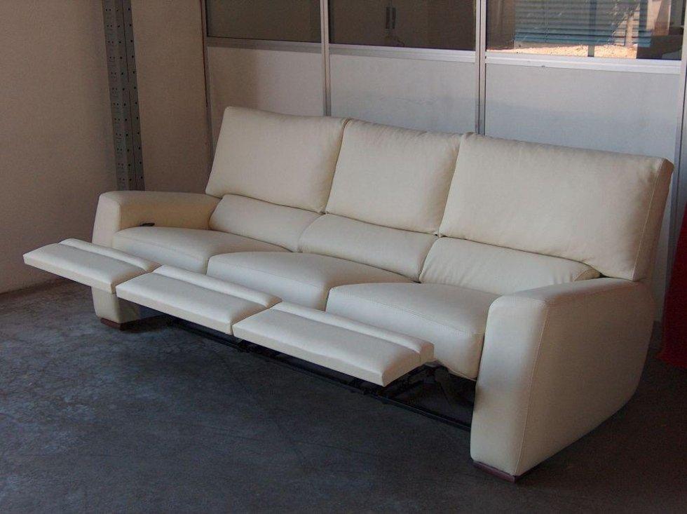 divano con poggiapiedi reclinabile