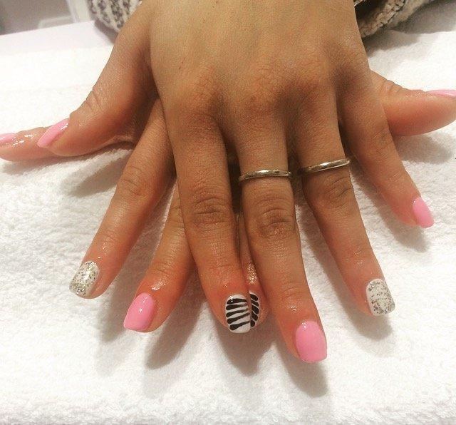 Unghie con smalto grigio e rosa
