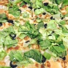 Pizza con insalata e olive