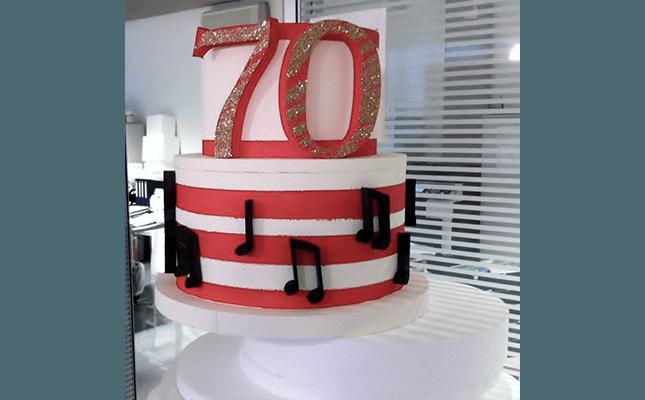 torta con decorazioni in polistirolo