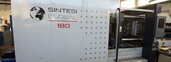 Primo piano di un macchinario per la lavorazione di materiali plastici