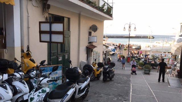 scooter parcheggiati all'esterno di un edificio