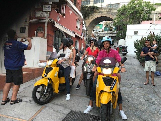 un gruppo di persone in scooter