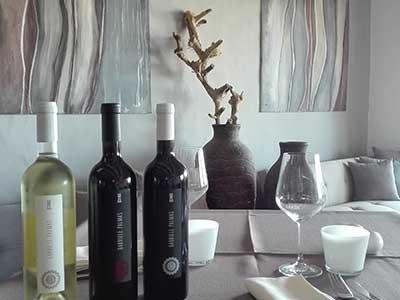 un tavolo apparecchiato e delle bottiglie di vino