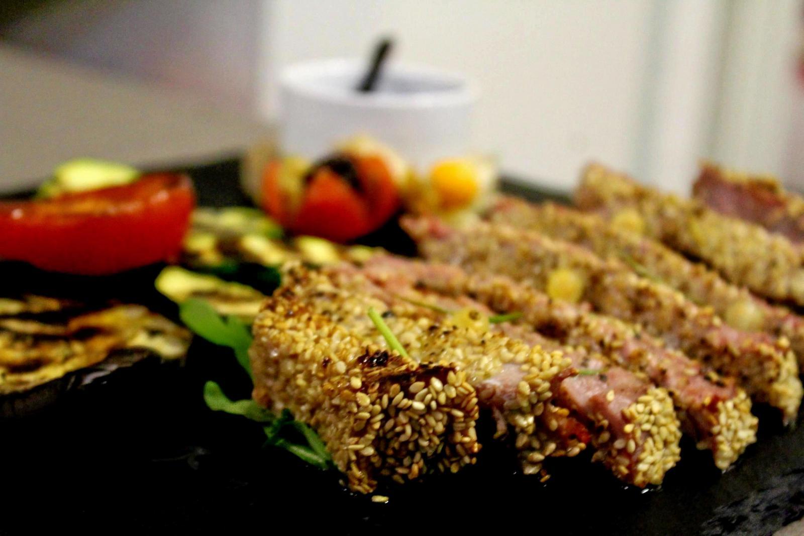 un piatto a base di carne al sesamo