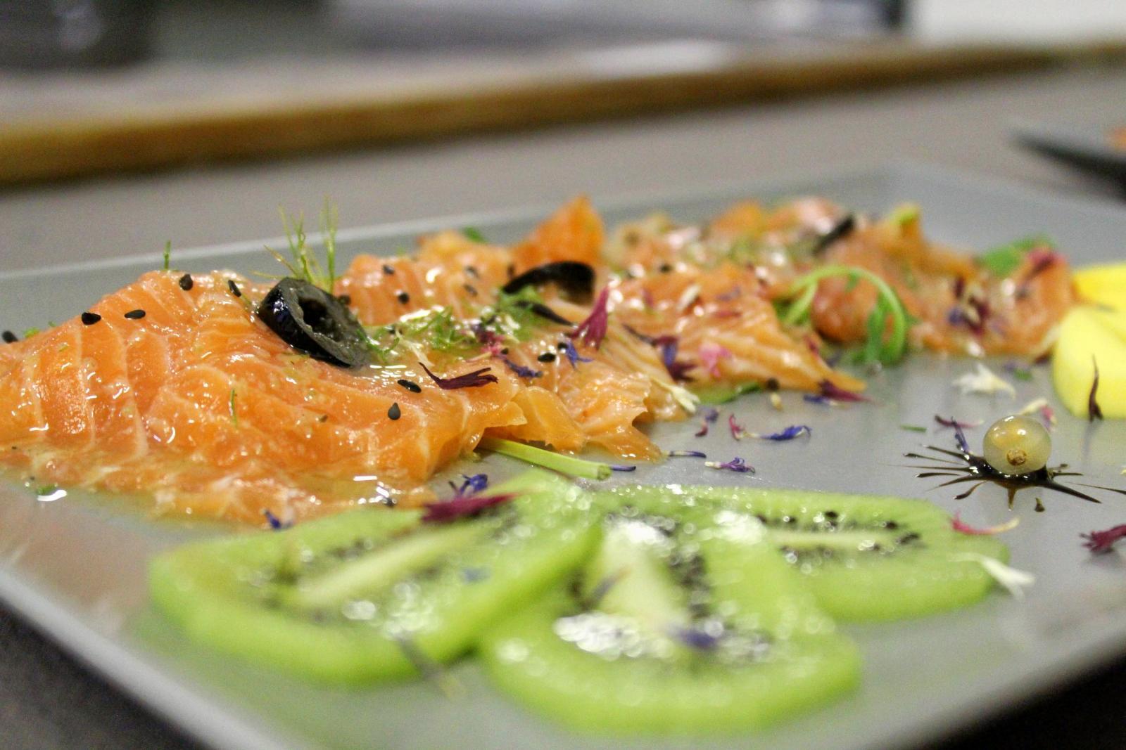 carpaccio di salmone e delle fette di kiwi