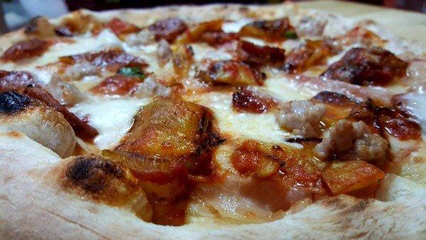 una pizza con della carne