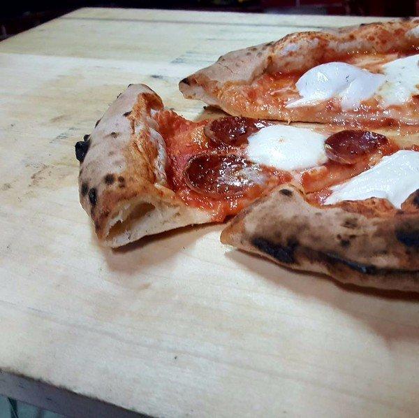una fetta di pizza al salame
