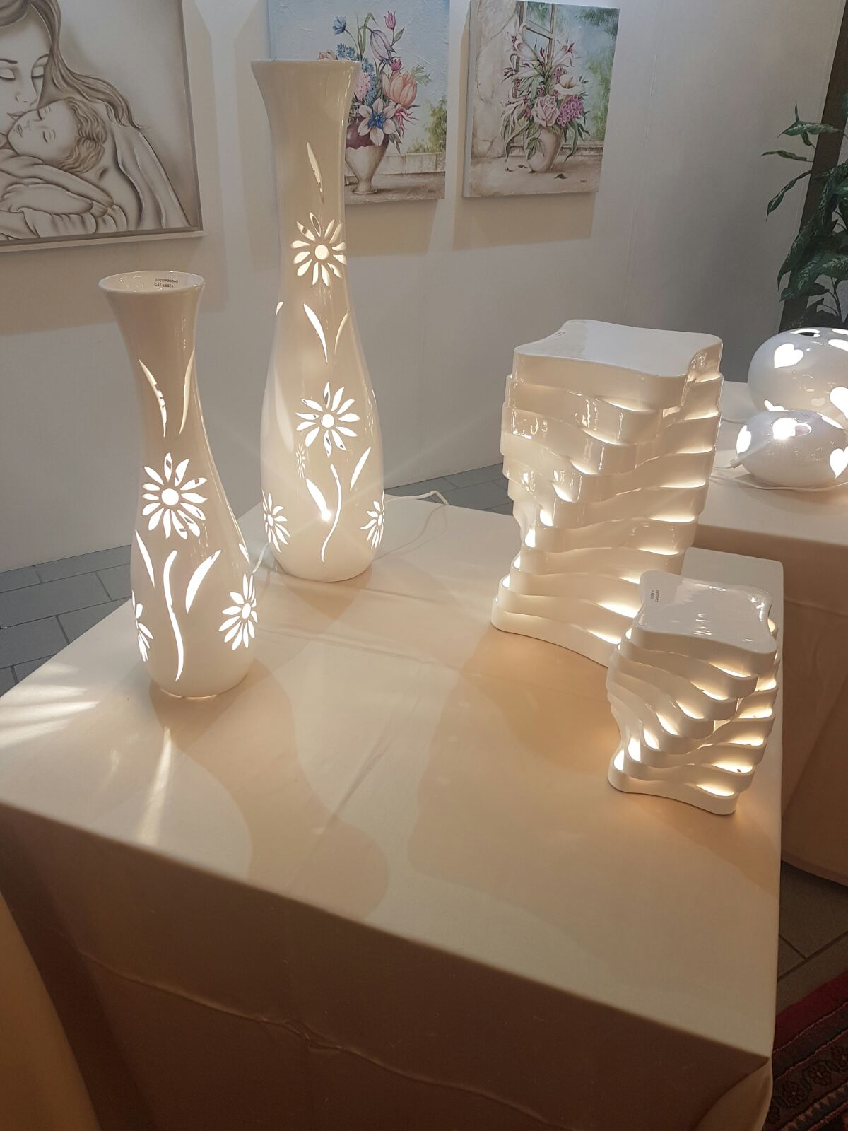 4 lampade particolari su un tavolino