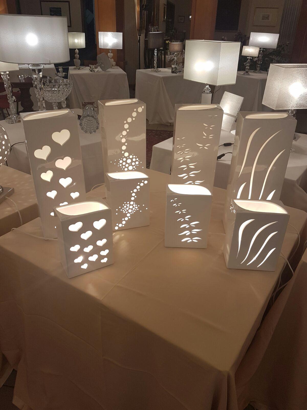 sette lampade da arredamento su un tavolino