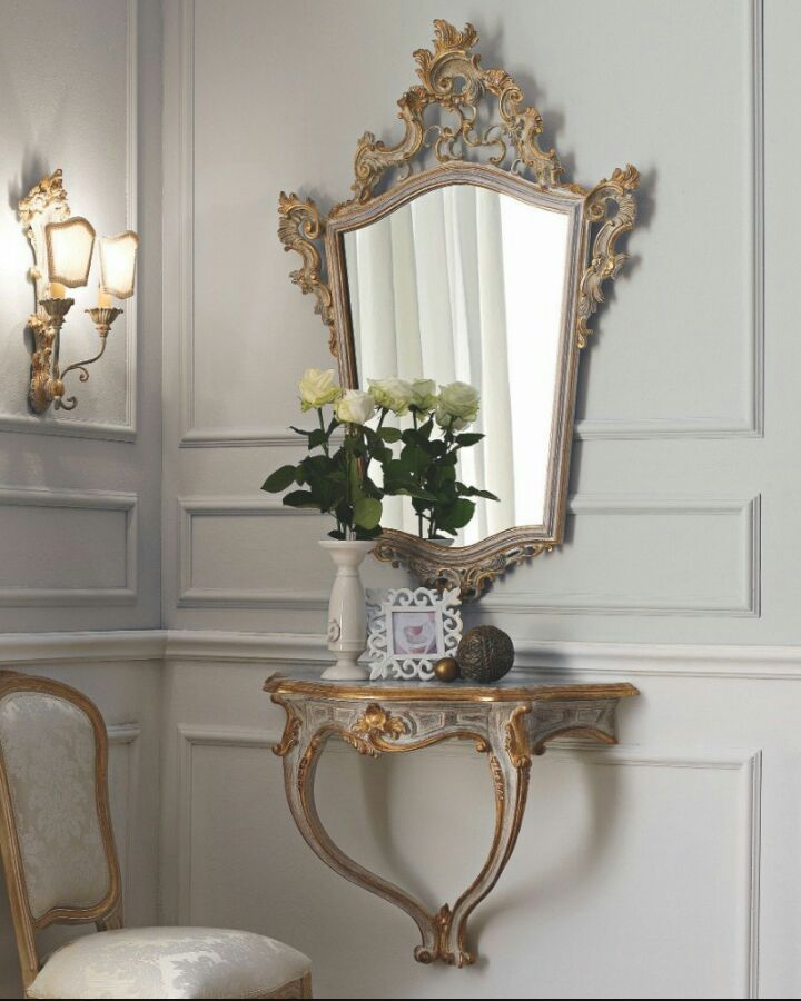 specchio dorato con fiori davanti