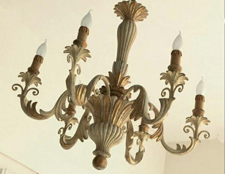 lampadario vintage appeso al muro