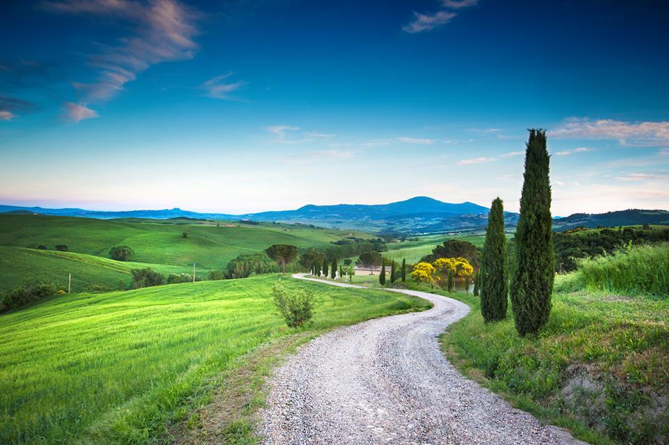 una stradina con vista delle colline nel verde