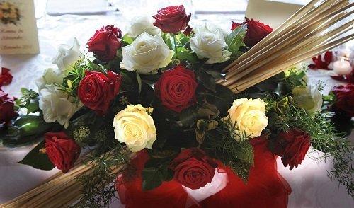 un bouquet di rose bianche e rosse