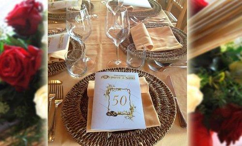 un tavolo apparecchiato e un biglietto con scritto 50
