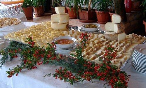 un buffet con dei formaggi tagliati