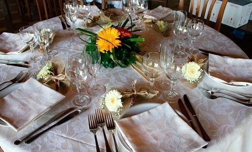 un tavolo apparecchiato e decorato con dei fiori
