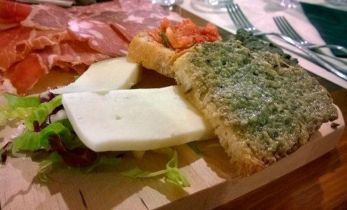 un tagliere di formaggi e delle bruschette