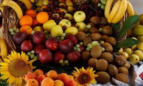 un cestino di paglia con della frutta mista