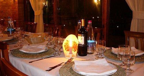 un tavolo apparecchiato e un lumino acceso