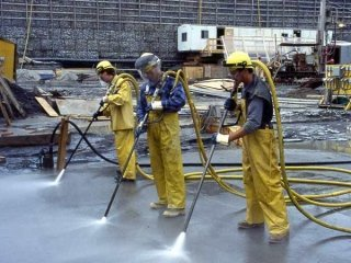 delle persone con delle idropulitrici al lavoro