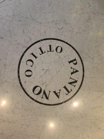 logo ottica pantano sul pavimento in marmo