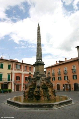 una fontana in una piazza