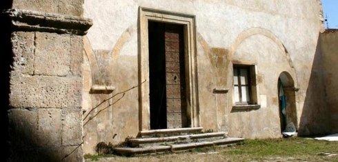 una porta di una chiesa