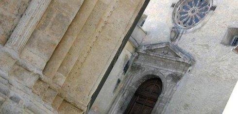vista delle colonne e di una chiesa