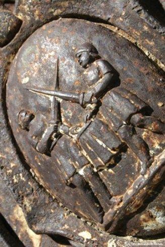 una scultura di due duellanti