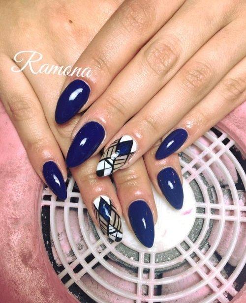 Manicure  blue con due unghie diverse
